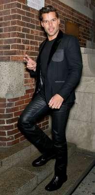 """Instalado en un """"total black"""" Ricky Martin derrochó estilo durante su asistencia al desfile del diseñador Marc Jacobs. El cantante llamó la atención en unos entallados pantalones de cuero que evidenciaron su bien torneado cuerpo."""