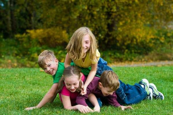 Criança gosta mesmo é de brincar, e isso envolve pular, correr, balanço, escorregador, e, em algumas ocasiões, machucados. O trauma pode ser maior quando o tombo atinge a boca e, consequentemente, quebra um dente