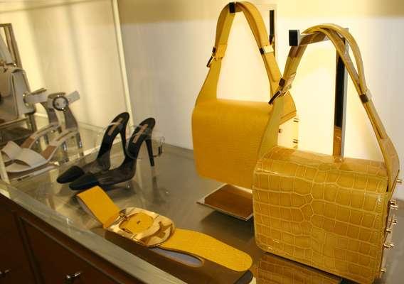 A coleção primavera-verão 2013 que Michael Kors apresentou na quarta-feira (12), durante a semana de moda de Nova York, aposta em cores fortes, geometria e tem um ar bem anos 70. Além da linha de bolsas com dualidade de cores, o estilista mostrou cintos, sapatos e acessórios translúcidos com detalhes em metais