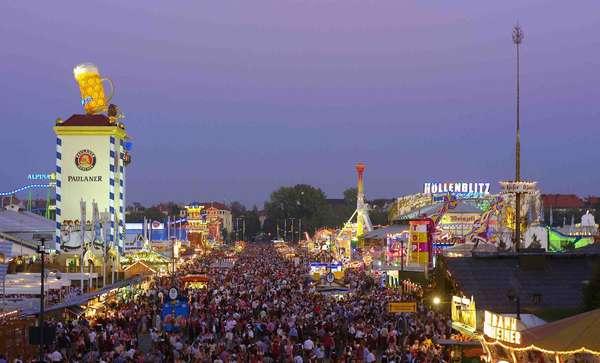 Celebrada em Munique (foto) desde 1810 nas duas semanas que precedem o primeiro domingo de outubro, a Oktoberfest é um sonho para qualquer amante de cerveja e diversão. Diariamente, pessoas se reúnem para apreciar a bebida nacional alemã, vendida em 14 tendas com marcas diferentes, em imensos chopes de um litro. Mas, cuidado, a festa de outubro não é apenas uma ocasião para beber e conta com mais de 200 atrações para a família, como shows e um parque de diversões. Cerca de 5 milhões de visitantes se juntam anualmente e consomem mais de 7 milhões de litros de cerveja durante o período