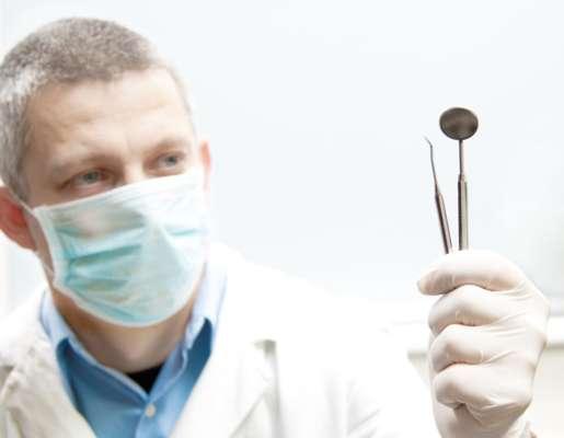 Se diagnosticado precocemente, as chances de cura do câncer bucal são de 60 porcento em média. Quando a doença é descoberta em estado adiantado, esse número cai para 30 porcento. No Brasil, o Instituto Nacional do Câncer -INCA- estima 14170 novos casos deste tipo de câncer para o ano de 2012. Para fugir dessa estatística, é imprescindível fazer consultas regulares ao dentista. Ele pode garantir o diagnóstico da doença nos primeiros estágios e melhorar as condições de tratamento