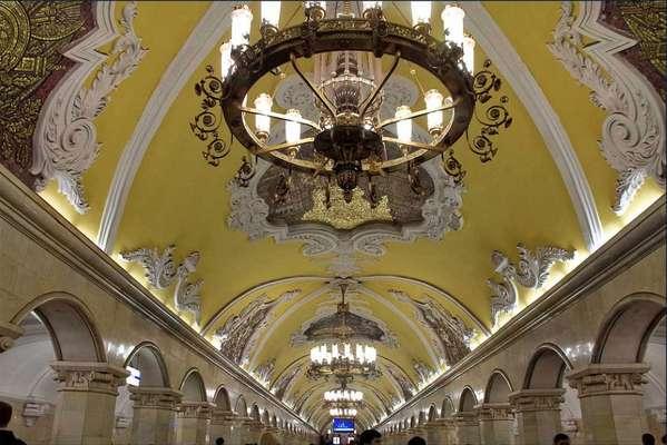 Komsomolskaya, Moscou, Rússia - Muitas das 182 estações de metrô de Moscou, por onde passam mais de nove milhões de passageiros diariamente, são verdadeiras obras de arte. Mas nenhuma delas é tão especial quanto a estação de Komsomolskaya, na linha Koltesvaiya, numa mistura de palácio barroco, galeria de arte e registro histórico da União Soviética. Impressionantes lustres, colunas de mármore e mosaicos inspirados num famoso discurso de Stalin fazem parte dos destaques da estação