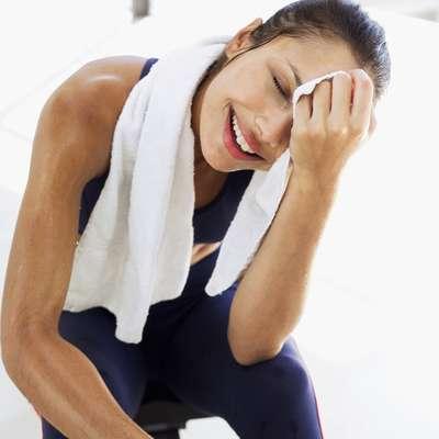 """La transpiración tiene dos funciones: regular la temperatura corporal (entre 35,5°C y 36,5°C) y eliminar toxinas. Por eso, el sudor es esencial para el buen funcionamiento del organismo. Sin embargo, no negarás que en ocasiones el sudor puede llegar a incomodar, especialmente cuando aparece en exceso. """"Esa cantidad depende de diversos factores como el metabolismo de la persona, la temperatura ambiente, si ella está haciendo actividad física y hasta de su estado emocional"""", explica el dermatólogo Thais Pepe."""
