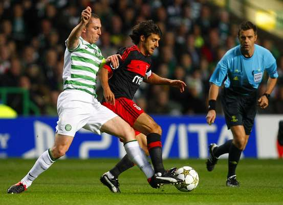 Benfica's Pablo Aimar (C) runs with the ball as Celtic's Scott Brown challenges during their Champions League soccer match at Celtic Park stadium in Glasgow, Scotland September 19, 2012. REUTERS/David Moir