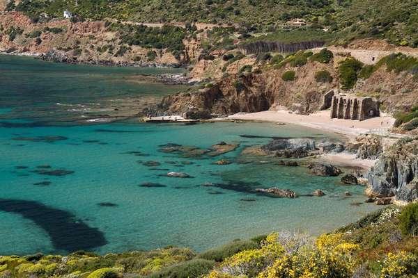 Sardenha, Itália: águas límpidas e areias brancas em belas praias encantam os visitantes na ilha italiana da Sardenha. As praias mais calmas, ideais para famílias, encontram-se no trecho sul da ilha, conhecido como Costa del Sud