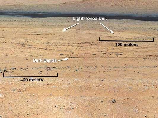 Esta foto tomada por el Curiosity muestra algunos tipos de tierra que pueden ser encontradas en suelo de Marte.
