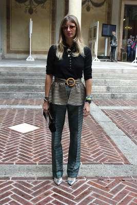 A fashionista capturou imediatamente as tendências peplum, clutch, sapato prateado e camisa masculina