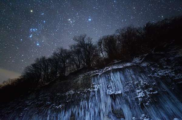 En su cuarta edición, el premio Fotógrafo Astronómico del Año, organizado por el Real Observatorio de Greenwich en Londres y la revista Sky at Night, presentó su selección de imponentes fotografías. El ganador en la categoría Tierra y Espacio: Cascada de hielo y estrellas, de Masahiro Miyasaka (Japón).