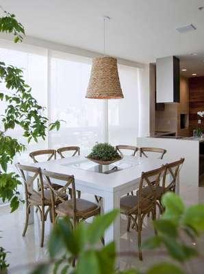 Neste terraço ao lado da sala de almoço os moradores apreciam a bela paisagem enquanto fazem suas refeições. O projeto é de Débora Aguiar. Informações: (11) 3889-5887