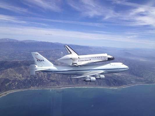 El transbordador estadounidense Endeavour, adosado a un Boeing 747, aterrizó este viernes en Los Ángeles tras realizar su último vuelo el viernes durante el cual sobrevoló California (oeste), donde quedará expuesto de forma permanente.