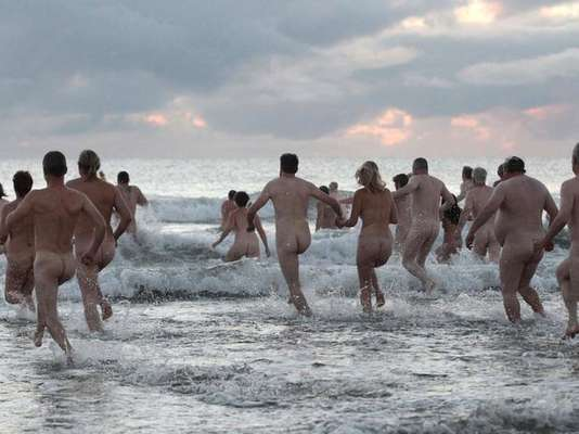 Cientos de nudistas decidieron asistir al evento del North East Skinny Dip, en Northumberland, Reino Unido, pese al frío, para tratar de romper el récord mundial de chapuzón más grande de un grupo desnudo al mismo tiempo. El intento, sin embargo, no fue suficiente ya que el registro actual es de 400 personas registradas en Rhossili Beach, en Gales.