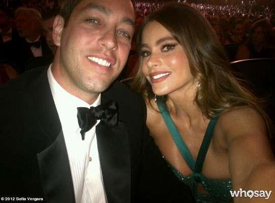 """Sofía Vergara disfrutó la noche de los Emmy en compañía de su prometido Nick Loeb. A pesar de que no ganó el Emmy, la colombiana celebró a lo grande el triunfo de """"Modern Family""""."""