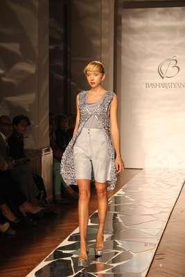 A grife russa Basharatyan V fechou o calendário da semana da moda de Milão primavera e verão 2013, nesta terça-feira (25). Veronica Basharatyan levou para passarela peças com linhas simples, bermudas e calças confortáveis, na sua grande maioria de cós alto