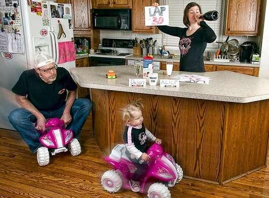 Una divertida serie de fotos de padre e hija es, por estas horas, un hit en internet. En las imágenes, Dave Engledow, junto a su pequeña Alice, en situaciones muy particulares y en escenarios poco apropiados para menores.