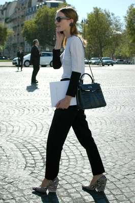 Ao lado do preto total e das estampas coloridas, é a mistura de preto e branco que tem feito mais sucesso entre o público que circula pela semana de moda de Paris. Veja looks a seguir