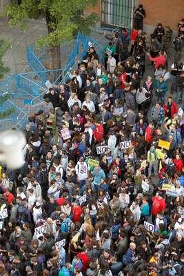 Gente agolpada en la vallas que protegen el Congreso