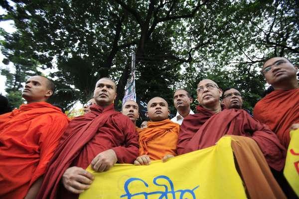 Miles de musulmanes incendiaron varios templos budistas en el sureste de Bangladesh, denunciando la publicación en Facebook de una foto que consideran ofensiva para el islam, indicaron fuentes oficiales.