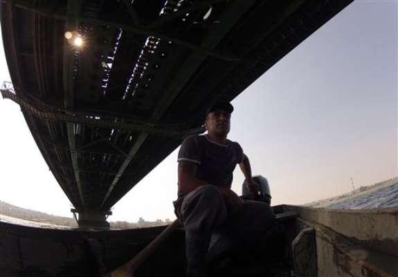 """En un hermoso día otoñal, Renato Grbic pescaba en el Danubio con su hermano cuando escucharon un fuerte chapuzón. En un primer momento pensó que alguien había arrojado algo desde el puente, pero luego vio a un hombre agitándose en el agua.""""Nos apresuramos y sacamos al hombre"""", recuerda Grbic. """"Recuerdo haberle dicho: ¡Un día tan maravilloso y usted quiere suicidarse!"""""""