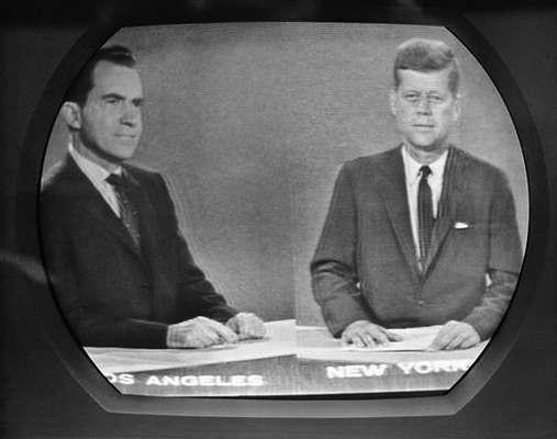 El primer debate televisivo fue el 26 de septiembre de 1960 y no sólo pasó a la historia por ser el primero, sino por lo que generó. Richard Nixon llegó a los estudios de WBBM de Chicago como vicepresidente republicano y todo a favor. Del otro lado estuvo John Kennedy.