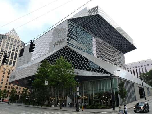 Biblioteca Central de Seattle, Estados Unidos. Moderna construção de onze andares, a Biblioteca Central de Seattle é um dos principais cartões-postais da cidade do noroeste dos Estados Unidos. Sua arquitetura futurista atrai muitos turistas que seguem até uma visita guiada pela biblioteca em meio a seus cerca de um milhão e meio de livros