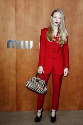 A atriz hollywoodiana Amanda Seyfried esteve no desfile da grife Miu Miu, nesta quarta-feira (3), durante a semana de moda de Paris
