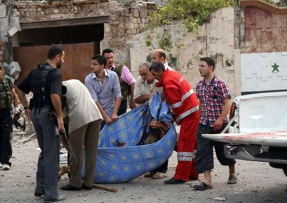 Al menos 40 personas murieron, en su mayoría militares, y decenas resultaron heridas este miércoles en un triple atentado con coche bomba en Alepo, la gran ciudad del norte de Siria que se disputan desde hace más de dos meses rebeldes y fuerzas gubernamentales.