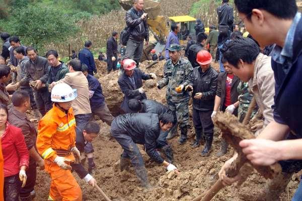 El número de fallecidos por el corrimiento de tierra que sepultó una escuela en el suroeste de China aumentó este viernes a 19 (18 de ellos niños), al hallarse los cadáveres de otros dos escolares y de un adulto, informó la agencia oficial Xinhua.