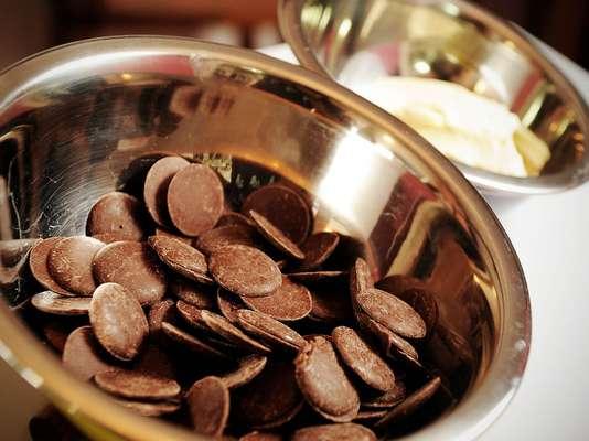 Ingredientes para o bronwie (rende 18 porções): 2 xícaras de farinha de trigo / 1 pitada de sal / 150 g de chocolate meio amargo / 150 g de manteiga ou margarina / 3 ovos / 1 colher (chá) de baunilha / 1 ½ de açúcar refinada. Para a cobertura: 150 d de chocolate picado / ½ lata de creme de leite / 100 g de bala de caramelo e chocolate blossoms de caramelo