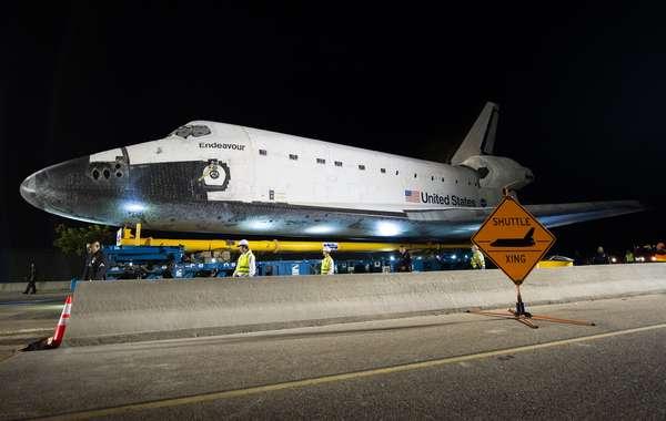 El transbordador espacial Endeavour superó un obstáculo importante y continuó su marcha lenta por calles de Los Angeles con dirección a su última morada, un museo de ciencias.