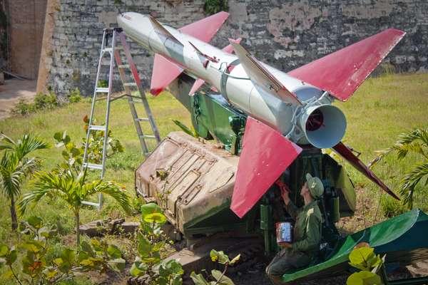 Hoy se cumplen 50 años de que se descubriera la llamada crisis de los misiles en Cuba. El conflicto entre Washington, Moscú y La Habana se desató cuando EE.UU. descubrió que la Unión Soviética tenía bases de misiles nucleares en Cuba. El país antillano intentó convertirse en una potencia nuclear con la ayuda de la Unión Soviética.