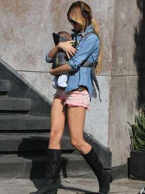 Los paparazzi captaron a la joven actriz Eiza González mientras paseaba en familia por las calles de la ciudad de México.