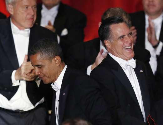 Inmersos en una ajustada carrera a la que le quedan menos de tres semanas, el presidente de Estados Unidos, Barack Obama, y el candidato republicano Mitt Romney se tomaron un descanso para intercambiar bromas en una cena benéfica a la que acudieron ambos. Dos días después del tenso debate en el que hubo un duro intercambio de acusaciones, Obama y Romney se saludaron afectuosamente, vestidos formalmente. Pero la combatividad de la campaña se mantuvo presente en los discursos que pronunciaron durante la edición número 67 de la cena de la Fundación Alfred E. Smith Memorial. Romney, que habló primero, dijo que Obama, que quiere subir los impuestos a los más adinerados para ayudar a financiar los programas públicos, tuvo que tener alguna duda al ver a los asistentes a la cena.Obama, por su parte, hizo bromas sobre la fortuna de Romney.