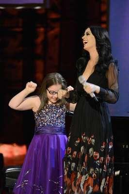 """Katy Perry fue una de las muchas celebridades que apoyaron la conciencia del autismo a través del Comedy Central """"Night of Too Many Stars"""". En esta gala benéfica, Perry hizo realidad el sueño de Jodi DiPiazza, una niña autista con quien cantó a dúo su emblemático hit """"Firework"""". Al final de la mágica colaboración, la pequeña bastante emocionada expresó, que la estrella del pop es """" uno de sus cantantes favoritos""""."""
