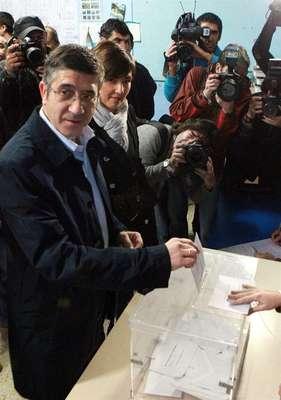 """El lehendakari y candidato a la reelección en el cargo por el PSE-EE, Patxi López, ha afirmado este domingo que aunque algunos sigan con """"viejos 'tics' totalitarios"""", las elecciones de hoy constituyen """"la primera vez"""" que se elige en Euskadi """"un Parlamento Vasco en total libertad"""".Acompañado de su esposa, el lehendakari ha ejercido su derecho al voto en el colegio Iruarteta de Bilbao."""