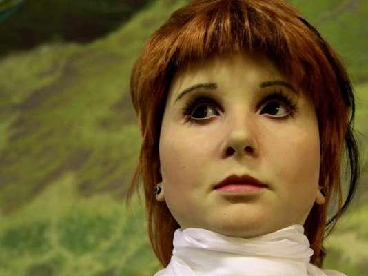 """En Rusia fue presentada Alissa, la primera robot androide del país. La robot tiene una cara hiperrealista que asemeja a un rostro humano e imita los gestos suaves de una jovencita. Además, """"Alissa"""" puede desviar la mirada intentado pensar las palabras que va a pronunciar. La cabeza de la robot está dotada de 30 puntos de articulación diferentes cubiertos por una cara de silicona. La robot se maneja a distancia con un panel de control inalámbrico.La androide fue creada por Dmitry Itskov, quien se hizo famoso hace algunos años por augurar que en pocas décadas podremos trasplantar nuestras mentes en máquinas humanoides, por lo que se podría sobrevivir como androides."""
