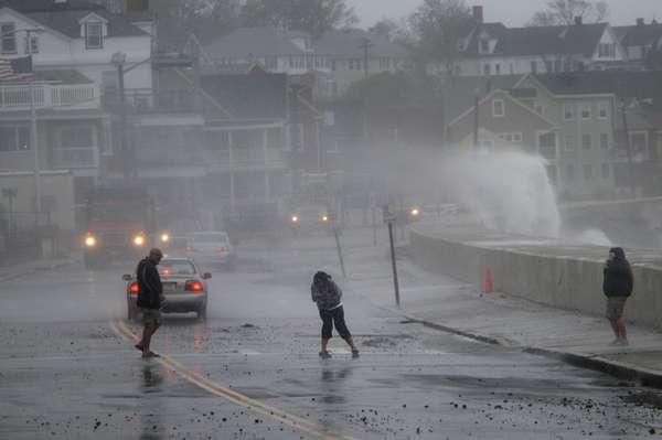 El huracán Sandy continúa avanzando rápidamente hacia las ciudades más importantes de la costa oriental estadounidense y se prevé que toque tierra la noche del lunes en el sur de Nueva Jersey o Delaware, informaron meteorólogos.