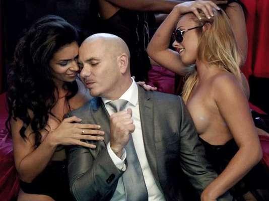 """Pitbull goza un montón en sus videos, si no lo creen nada más miren las imágenes de su nuevo material audiovisual """"Don't Stop The Party"""", en el que no sólo realiza su propia versión de la película """"Proyecto X"""", sino que se mete en la cama con varias chicas encueradas. El candente clip, apoya la promoción del tecer sencillo de su nuevo disco """"Global Warming"""", que llegará al mercado el 19 de noviembre."""