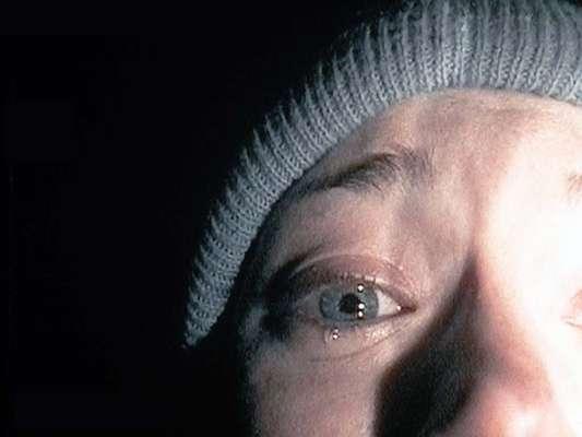 El proyecto de la Bruja de Blair (1999): El 21 de octubre de 1994, Heather Donahue, Joshua Leonard y Michael Williams entraron en un bosque de Maryland para rodar un documental sobre una leyenda local, La bruja de Blair. No se volvió a saber de ellos. Un año después, la cámara con la que rodaron fue encontrada, mostrando los terroríficos eventos que dieron lugar a su desaparición. Presupuesto: 35 mil dólares Recaudación: 248 millones de dólares