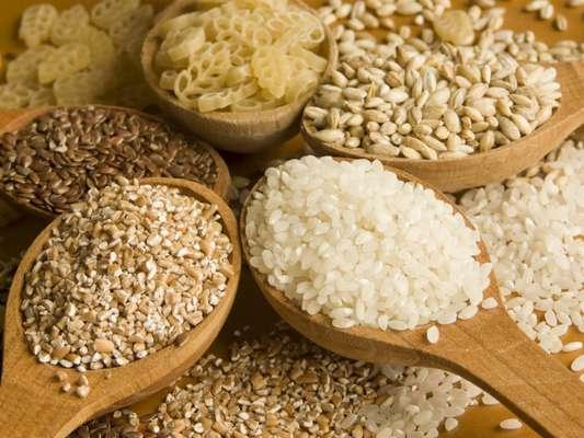 Cereais integrais: eles são repletos de vitaminas que impulsionam o sistema imunológico e que ajudam a acalmar um resfriado forte. Que tal adicionar cevada ou arroz selvagem em sua sopa favorita?