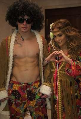 Horas antes de brindar un gran concierto en la Koenig-Pilsener-Arena de Oberhausen, Alemania, Jennifer López no dejó pasar Halloween y optó por convertirse en una bella hippie acompañada de su musculoso novio Casper Smart, así lo reveló a sus seguidores publicando la imagen en su cuenta de Twitter.