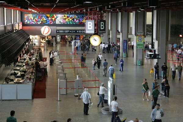 Fundado em 1985, o Aeroporto Internacional de Guarulhos é o maior da América do Sul e o mais movimentado do Brasil. Localizado no município de Guarulhos, fica a 30 km de São Paulo e é possível chegar até lá de ônibus, táxi ou carro
