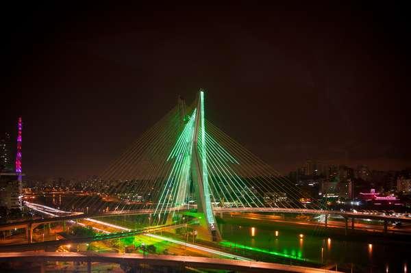 A Ponte Estaiada, na Marginal Pinheiros, é uma das construções mais recentes e futurísticas da cidade. No Natal, a iluminação é temática