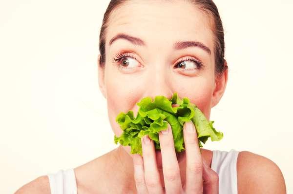 Antioxidantes: procure antioxidantes como as vitaminas A, C e E, que auxiliam o brilho da pele e combatem os sinais da idade. Você pode obter estes componentes por meio de uma dieta diária rica em vegetais folhosos e frutas