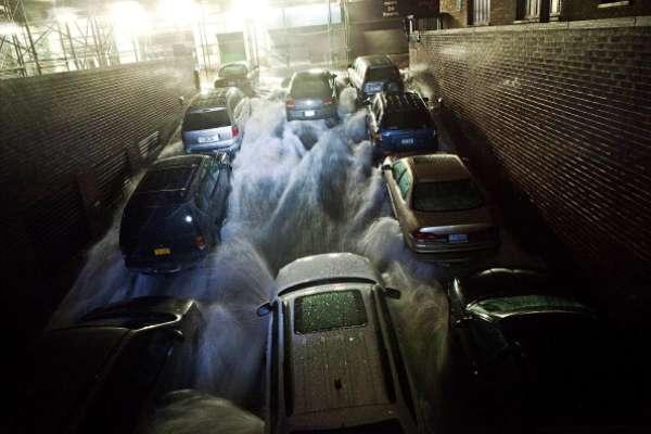 """2012: HURACAN SANDY - A fines de octubre de 2012, el huracán Sandy arrasó con el Caribe antes de llegar a Estados Unidos. Durante el lapso que tardó en tocar tierra, meteorólogos se cansaron de explicar por qué Sandy iba a ser el peor huracán en azotar la nación. """"Supertormenta"""" o """"Frankestorm"""" fueron alguno de los apodos que recibió Sandy. Si bien EEUU no fue desvastado, lo cierto es que Sandy provocó gravísimos daños y fue uno de los peores huracanes de los últimos años. Los muertos en la Costa Este superaron los 100 y se produjeron inundaciones, destrozos y millones de usuarios se quedaron sin electricidad por varios días. New York, Carolina del Norte y el noreste de EEUU fue la zona más afectada. Antes, Haití, Cuba, República Dominicana y Bahamas también sufrieron por el paso de Sandy."""