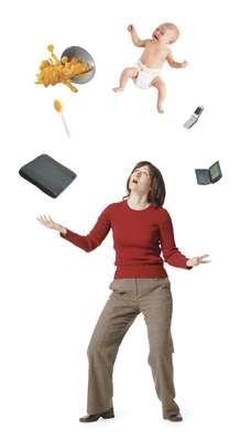 """O período reprodutivo da mulher é dos 15 aos 50 anos aproximadamente. Isto representa mais ou menos o início do ciclo menstrual até o período em que começa a menopausa. """"Hoje, com o avanço da medicina e a mudança da sociedade que tende a postergar a gravidez em prol da vida profissional, as mulheres têm engravidado mais tarde. Após os 35 anos, a reserva ovariana da mulher tende a diminuir e algumas já têm dificuldade para engravidar. Após os 45 anos, os riscos durante uma gestação aumentam bastante"""", diz Julio Elito Júnior, professor livre docente do Departamento de Obstetrícia da Unifesp"""