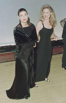 Este 11 de noviembre Demi Moore llega a los 50 años con una belleza y estilo envidiables. Descubre con nosotros cómo ha sido la transformación de su estilo. La actriz jamás ha tenido problema con cambiar de look. Al inicio de su carrera la veíamos con el cabello muy corto.