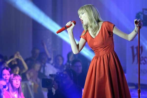 Taylor Swift entonó apasionada canciones de su recién lanzado álbum 'Red', en el escenario de un centro comercial, después de encender las luces de Navidad en Londres.