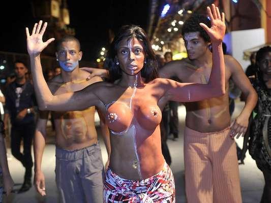 Uma manifestação chamou a atenção no Píer Mauá no início da noite desta quarta-feira (7), no primeiro dia do Fashion Rio