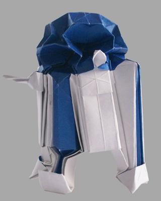 Martin Hunt, un británico fanático de la saga Star Wars, creó la pagina web Starwarigami.co.uk donde da a conocer sus versiones en origami de las naves más famosas de esta franquicia de ciencia ficción. Hunt fue capaz de crear los diagramas de estos modelos gracias a sus conocimientos en matemáticas y sistemas, y busca publicar un libro sobre el tema en breve. Aquí un modelo de 'R2-D2'.