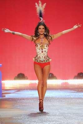 """Alessandra Ambrosio lució espectacular durante la pasarela anual de """"Victoria's Secret."""" La marca de lenceria mostró sus diminutos numeritos para la nueva temporada. Una de los """"Ángeles"""" mas hermosos de la noche fue la modelo Brasileira que se destapo y encendió la pupila de sus admiradores. (Terra USA/Armando Tinoco)"""